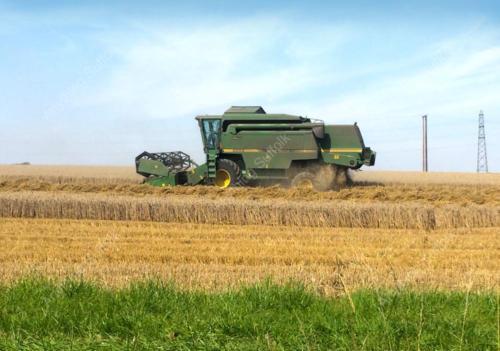 Combining wheat near Stowmarket by Jonathan Steed